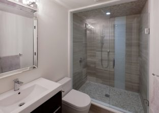 baño con ducha amplia