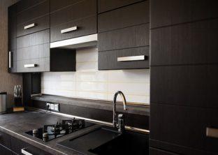 cocina de madera oscura